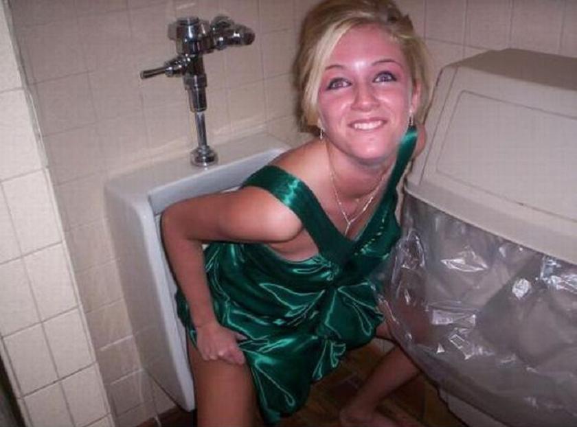 【エロ画像】泥酔まんさん、男子トイレで立ちしょんしてるところを撮られるwwwwwwwwwwwwww・13枚目