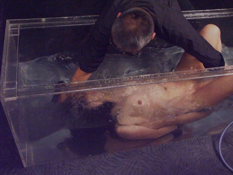 【エロ画像】死ぬ一歩手前まで拷問しないと興奮しない男に出会った女性、最後は溺死する模様。。(閲覧注意)・13枚目