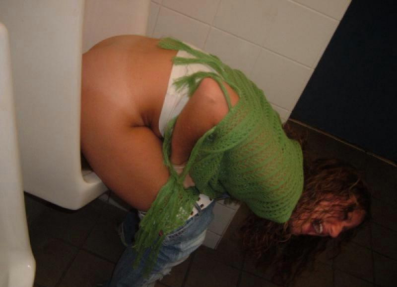 【エロ画像】泥酔まんさん、男子トイレで立ちしょんしてるところを撮られるwwwwwwwwwwwwww・14枚目