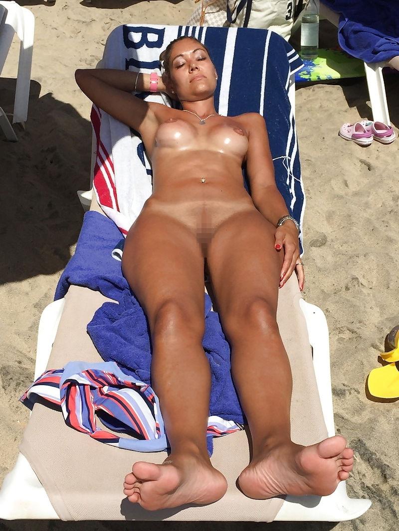 ヌーディストビーチでオマタおっぴろげて寝てるお姉ちゃんおるやんけ!!!ワイ携帯持っとるやんけ!!(画像あり)・14枚目