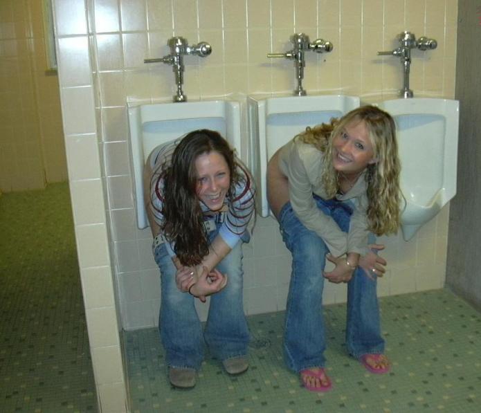 【エロ画像】泥酔まんさん、男子トイレで立ちしょんしてるところを撮られるwwwwwwwwwwwwww・15枚目