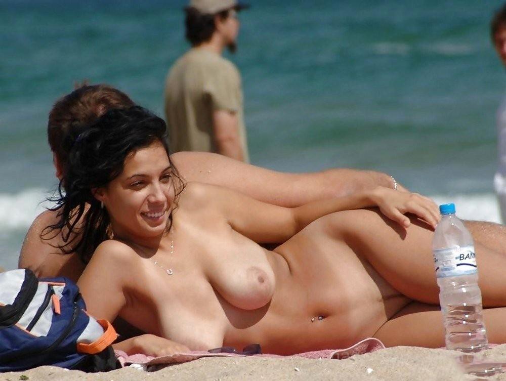 ヌーディストビーチでオマタおっぴろげて寝てるお姉ちゃんおるやんけ!!!ワイ携帯持っとるやんけ!!(画像あり)・15枚目