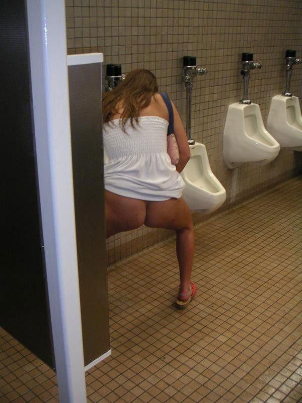 【エロ画像】泥酔まんさん、男子トイレで立ちしょんしてるところを撮られるwwwwwwwwwwwwww・17枚目