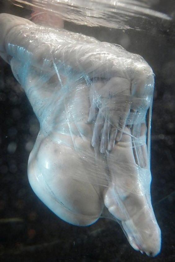 【エロ画像】死ぬ一歩手前まで拷問しないと興奮しない男に出会った女性、最後は溺死する模様。。(閲覧注意)・17枚目