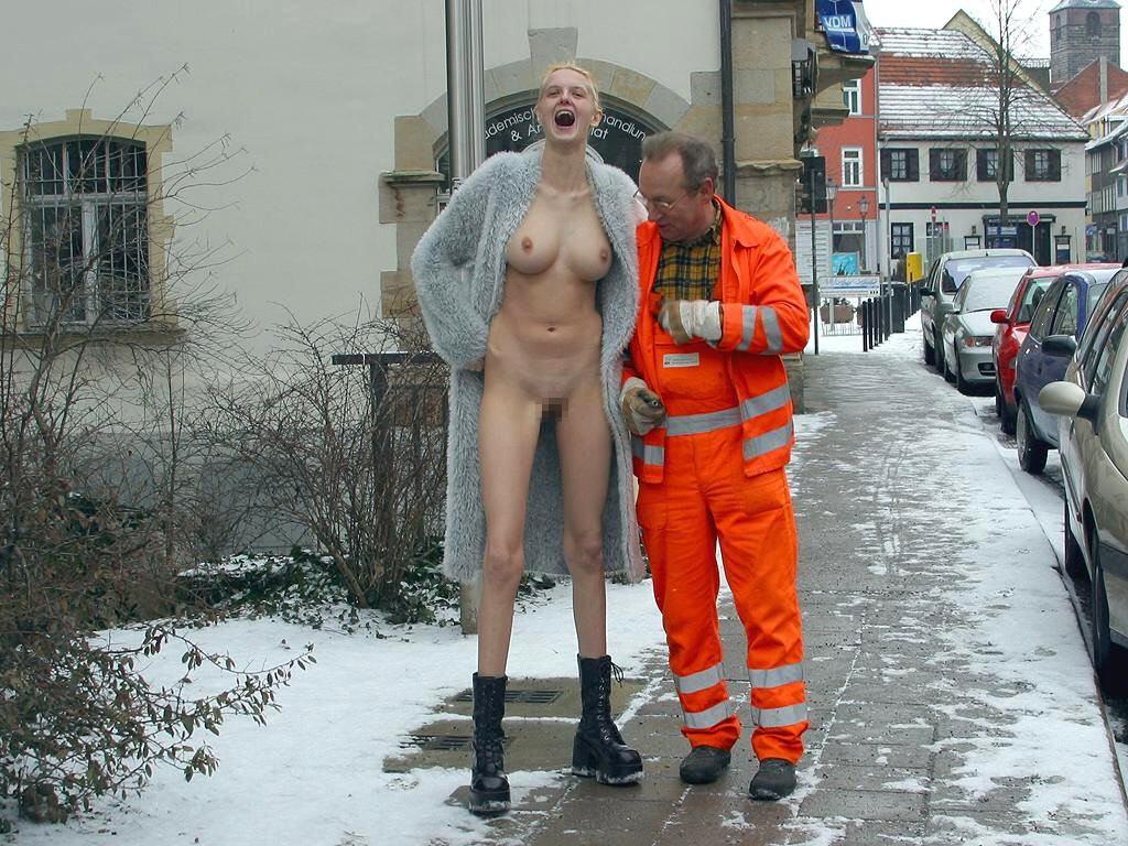 【エロ画像】街で出くわした露出狂まんさんと一緒に記念撮影した結果wwwwwwwwwwwwwwwww・18枚目