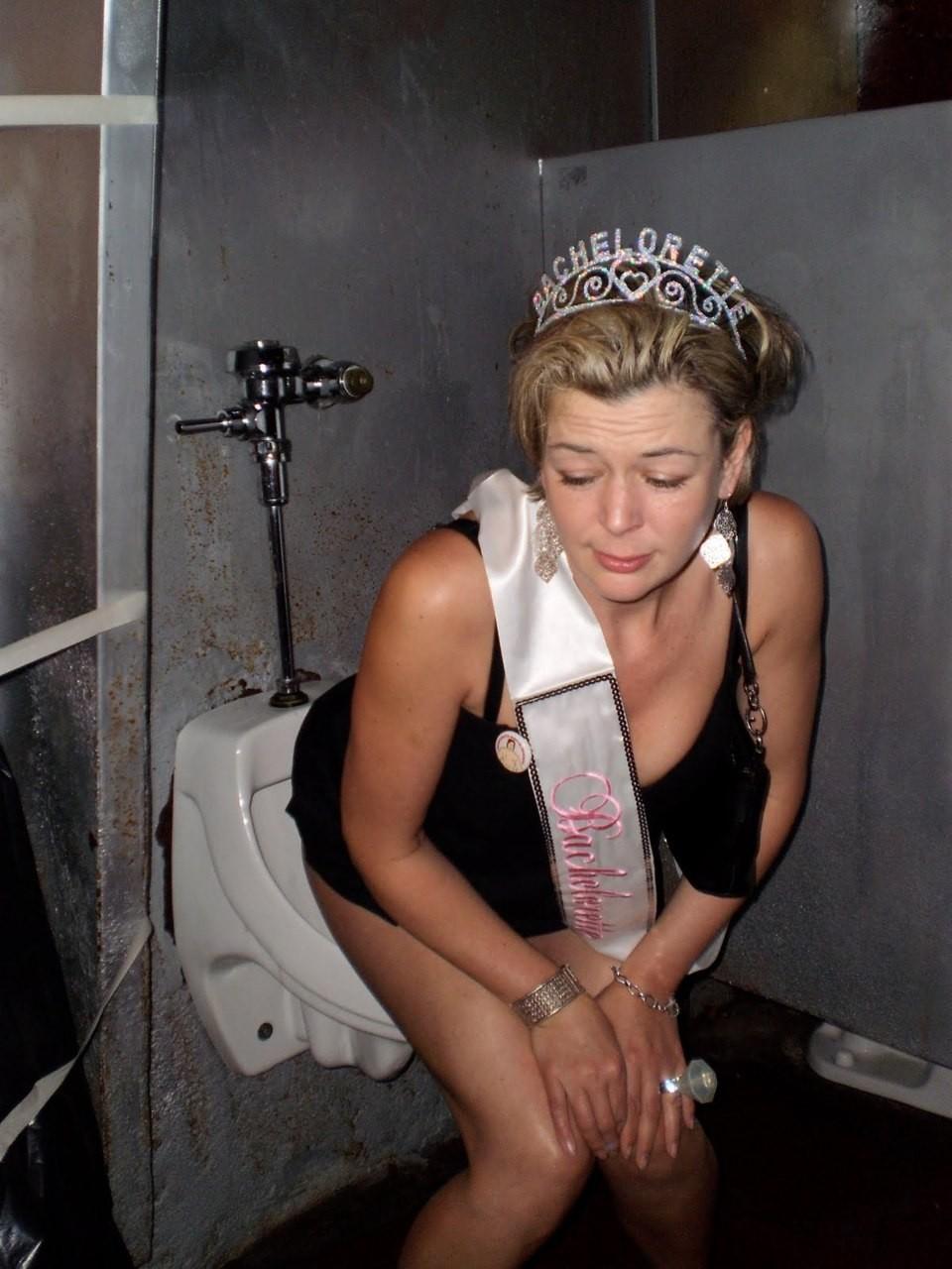 【エロ画像】泥酔まんさん、男子トイレで立ちしょんしてるところを撮られるwwwwwwwwwwwwww・19枚目