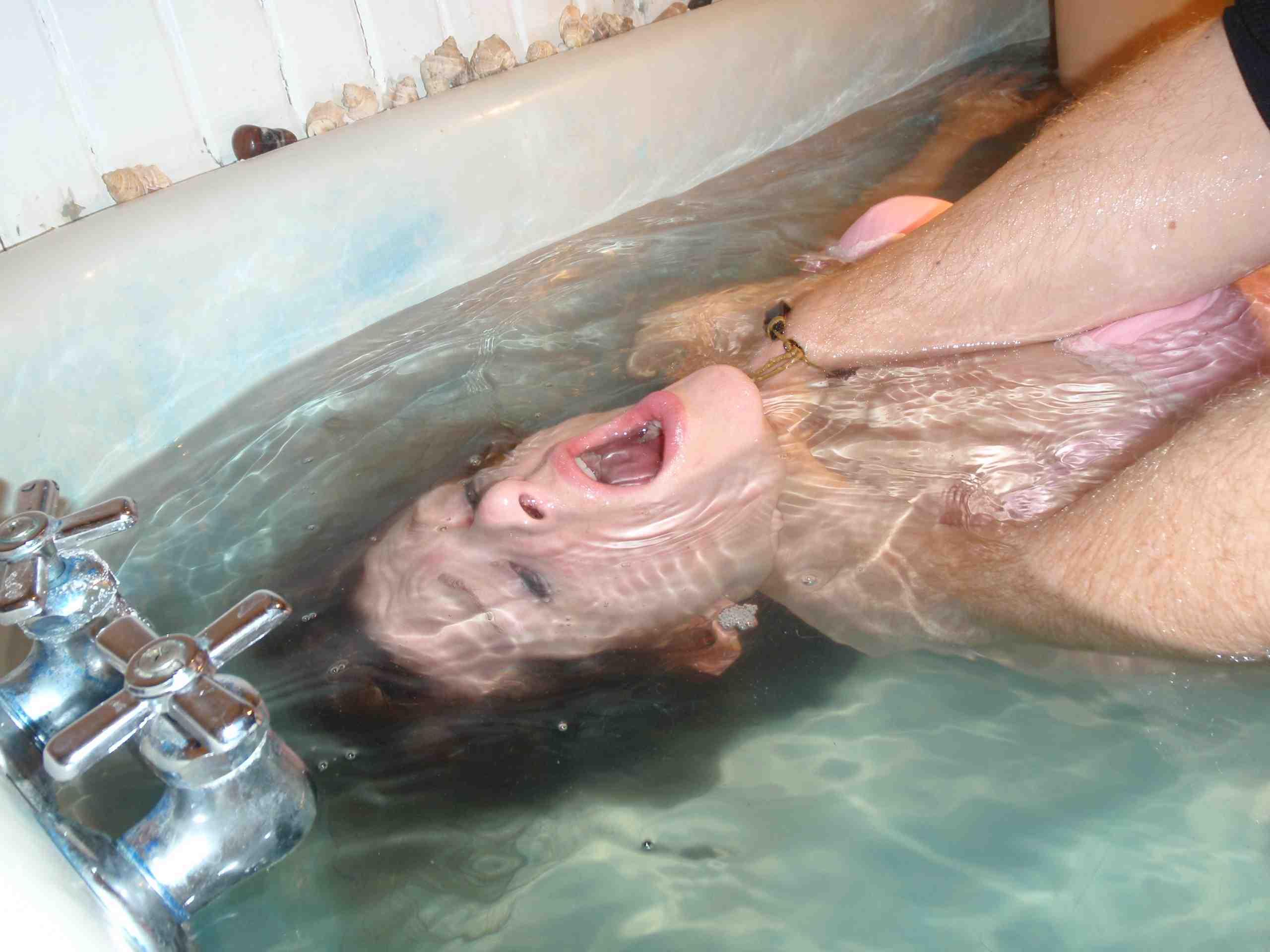 【エロ画像】死ぬ一歩手前まで拷問しないと興奮しない男に出会った女性、最後は溺死する模様。。(閲覧注意)・2枚目