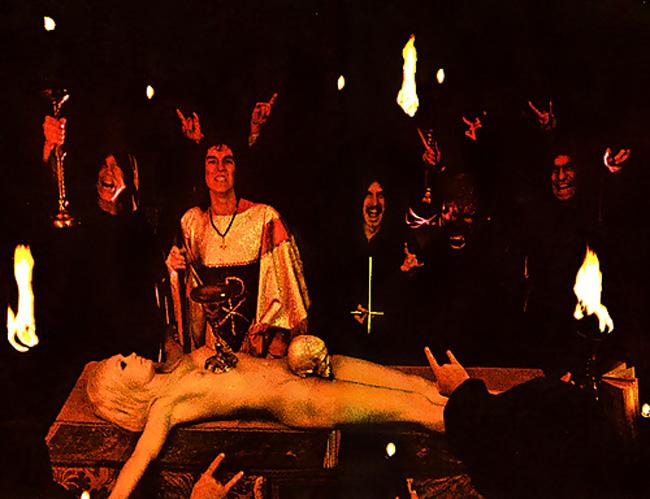 【トラウマ注意】女を生贄にする海外のガチ儀式がマジで足が震えるレベルな件・・・(画像27枚)・2枚目