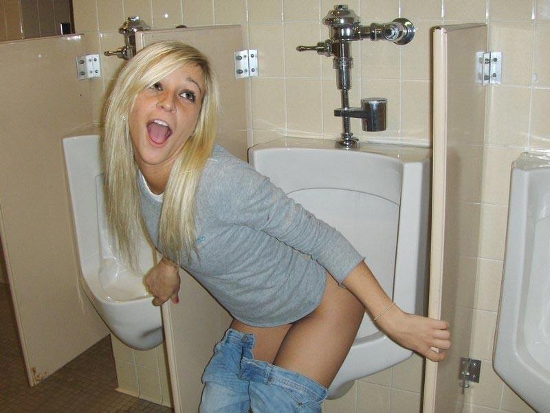 【エロ画像】泥酔まんさん、男子トイレで立ちしょんしてるところを撮られるwwwwwwwwwwwwww・20枚目