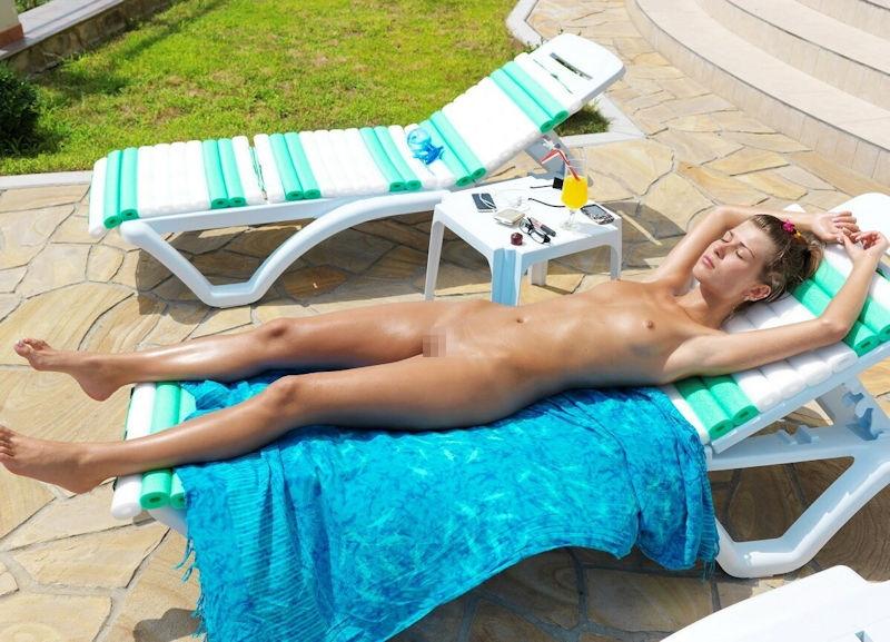 ヌーディストビーチでオマタおっぴろげて寝てるお姉ちゃんおるやんけ!!!ワイ携帯持っとるやんけ!!(画像あり)・20枚目