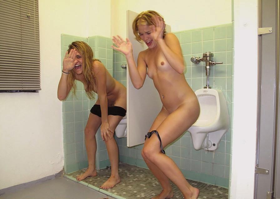 【エロ画像】泥酔まんさん、男子トイレで立ちしょんしてるところを撮られるwwwwwwwwwwwwww・21枚目