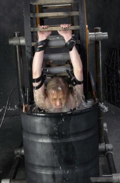 【エロ画像】死ぬ一歩手前まで拷問しないと興奮しない男に出会った女性、最後は溺死する模様。。(閲覧注意)・21枚目