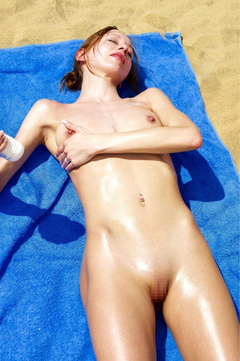 ヌーディストビーチでオマタおっぴろげて寝てるお姉ちゃんおるやんけ!!!ワイ携帯持っとるやんけ!!(画像あり)・22枚目