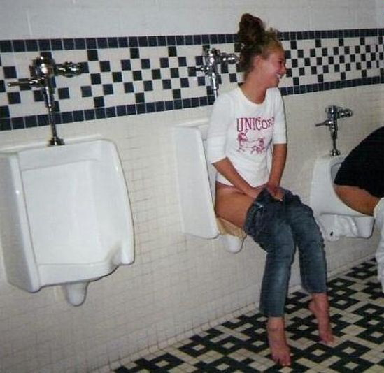 【エロ画像】泥酔まんさん、男子トイレで立ちしょんしてるところを撮られるwwwwwwwwwwwwww・25枚目