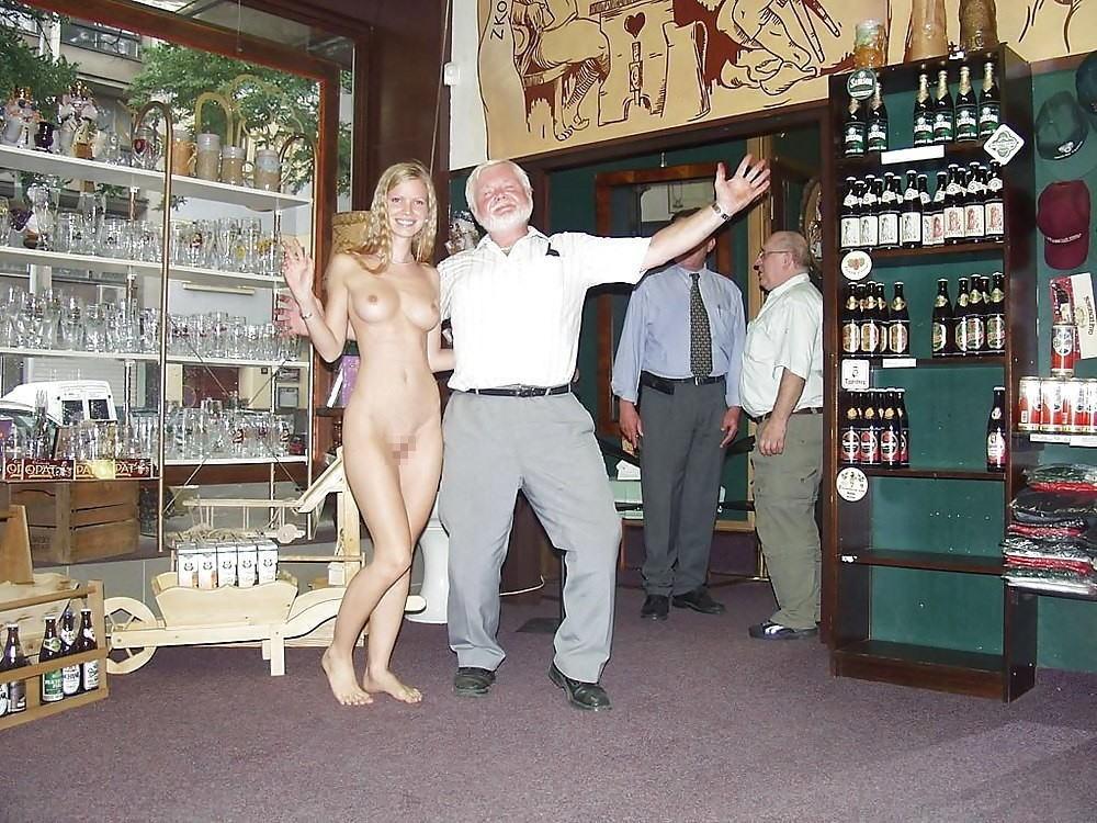 【エロ画像】街で出くわした露出狂まんさんと一緒に記念撮影した結果wwwwwwwwwwwwwwwww・25枚目