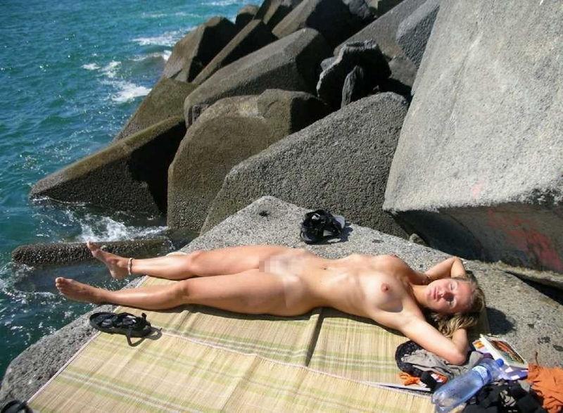 ヌーディストビーチでオマタおっぴろげて寝てるお姉ちゃんおるやんけ!!!ワイ携帯持っとるやんけ!!(画像あり)・26枚目