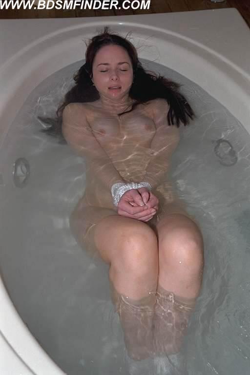 【エロ画像】死ぬ一歩手前まで拷問しないと興奮しない男に出会った女性、最後は溺死する模様。。(閲覧注意)・28枚目
