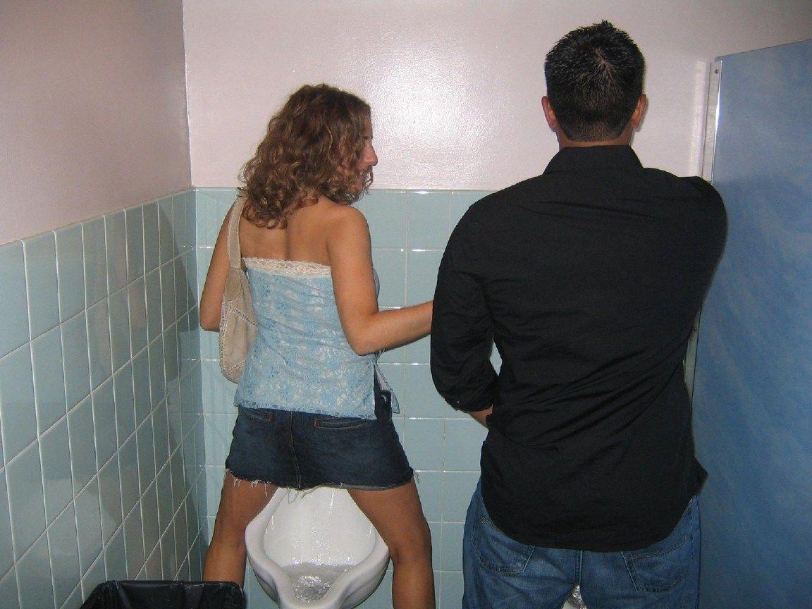 【エロ画像】泥酔まんさん、男子トイレで立ちしょんしてるところを撮られるwwwwwwwwwwwwww・3枚目
