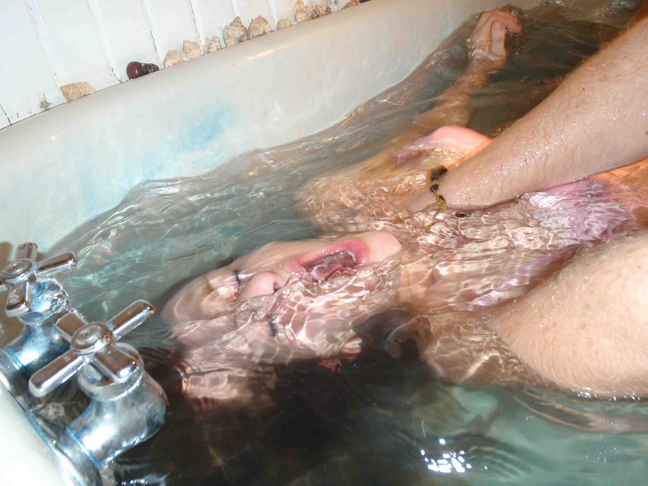 【エロ画像】死ぬ一歩手前まで拷問しないと興奮しない男に出会った女性、最後は溺死する模様。。(閲覧注意)・3枚目