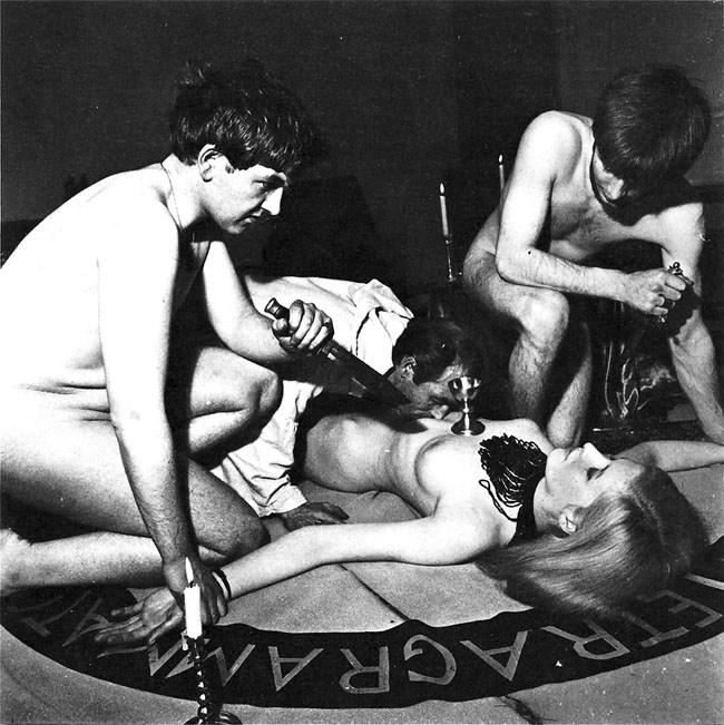 【トラウマ注意】女を生贄にする海外のガチ儀式がマジで足が震えるレベルな件・・・(画像27枚)・3枚目