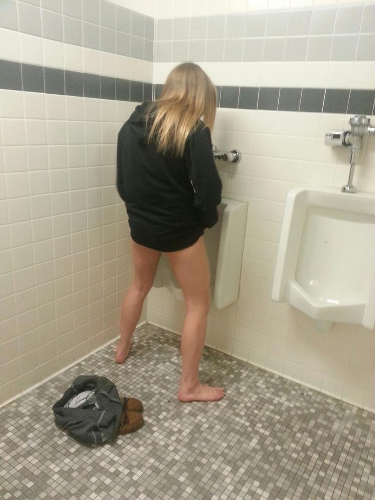 【エロ画像】泥酔まんさん、男子トイレで立ちしょんしてるところを撮られるwwwwwwwwwwwwww・28枚目