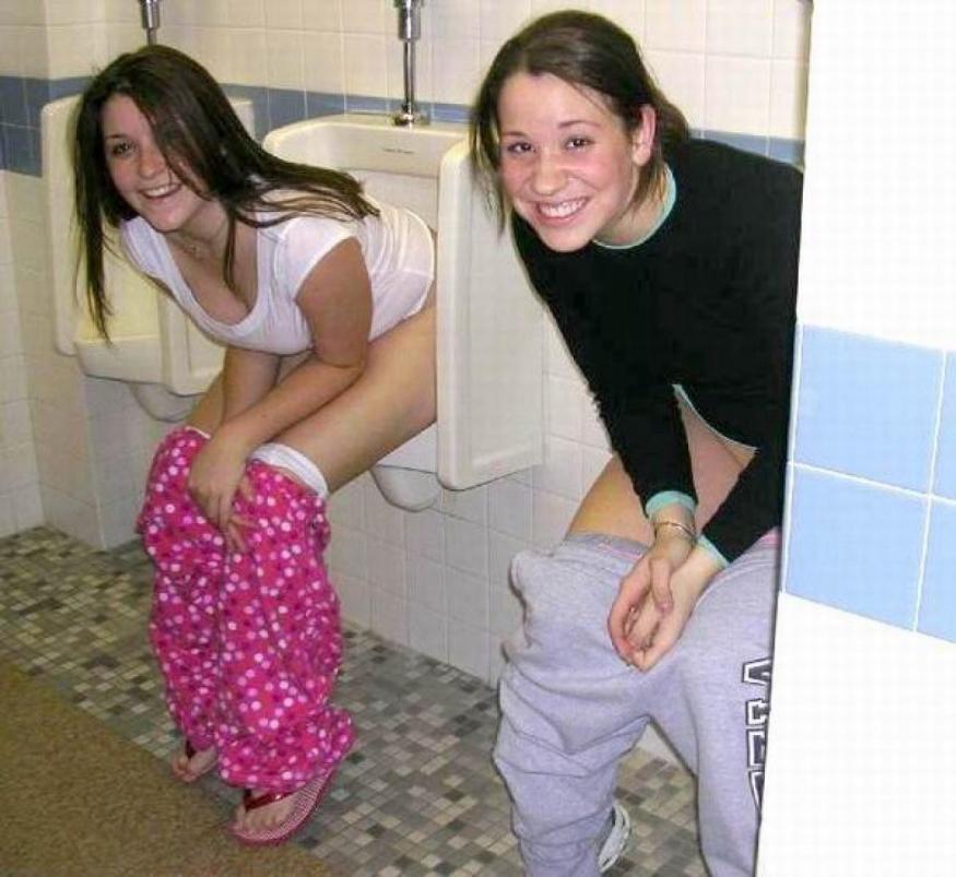 【エロ画像】泥酔まんさん、男子トイレで立ちしょんしてるところを撮られるwwwwwwwwwwwwww・5枚目