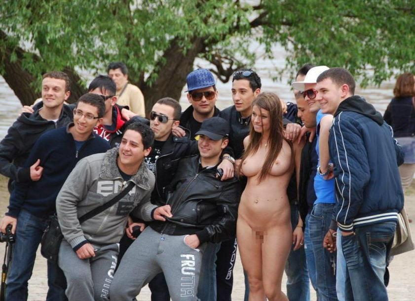 【エロ画像】街で出くわした露出狂まんさんと一緒に記念撮影した結果wwwwwwwwwwwwwwwww・5枚目