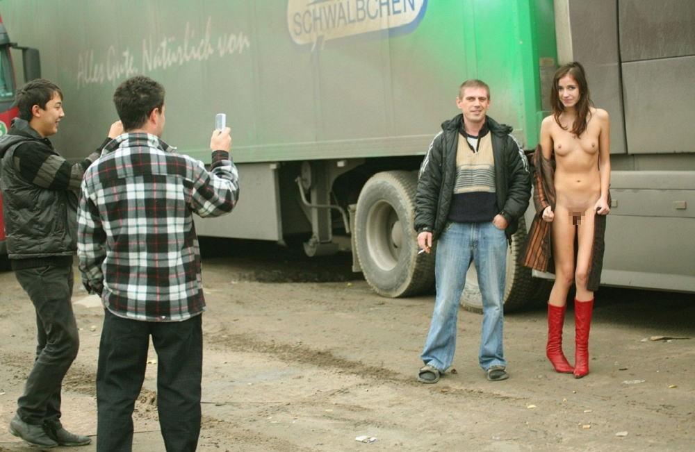 【エロ画像】街で出くわした露出狂まんさんと一緒に記念撮影した結果wwwwwwwwwwwwwwwww・6枚目