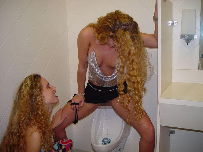 【エロ画像】泥酔まんさん、男子トイレで立ちしょんしてるところを撮られるwwwwwwwwwwwwww・9枚目