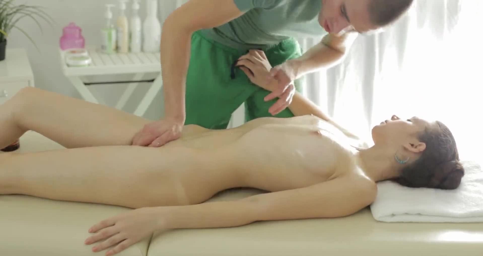 【エロ画像】全裸必須の本場マッサージ、これで欲情しないマッサージ師の精神鋼だろ。。。(画像22枚)・10枚目