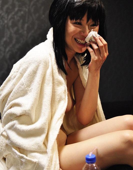 【号泣注意】セクシー女優さんが現場でリアルな涙を流してる自業自得だけど闇の深い画像を貼ってく。(画像24枚)・13枚目