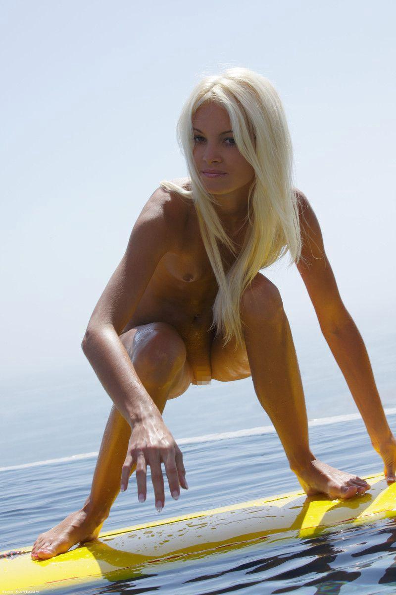 【エロ画像】プライベートビーチで全裸で遊ぶまんさん、どいつもこいつもウッキウキでワロタwwwwwwwww・15枚目