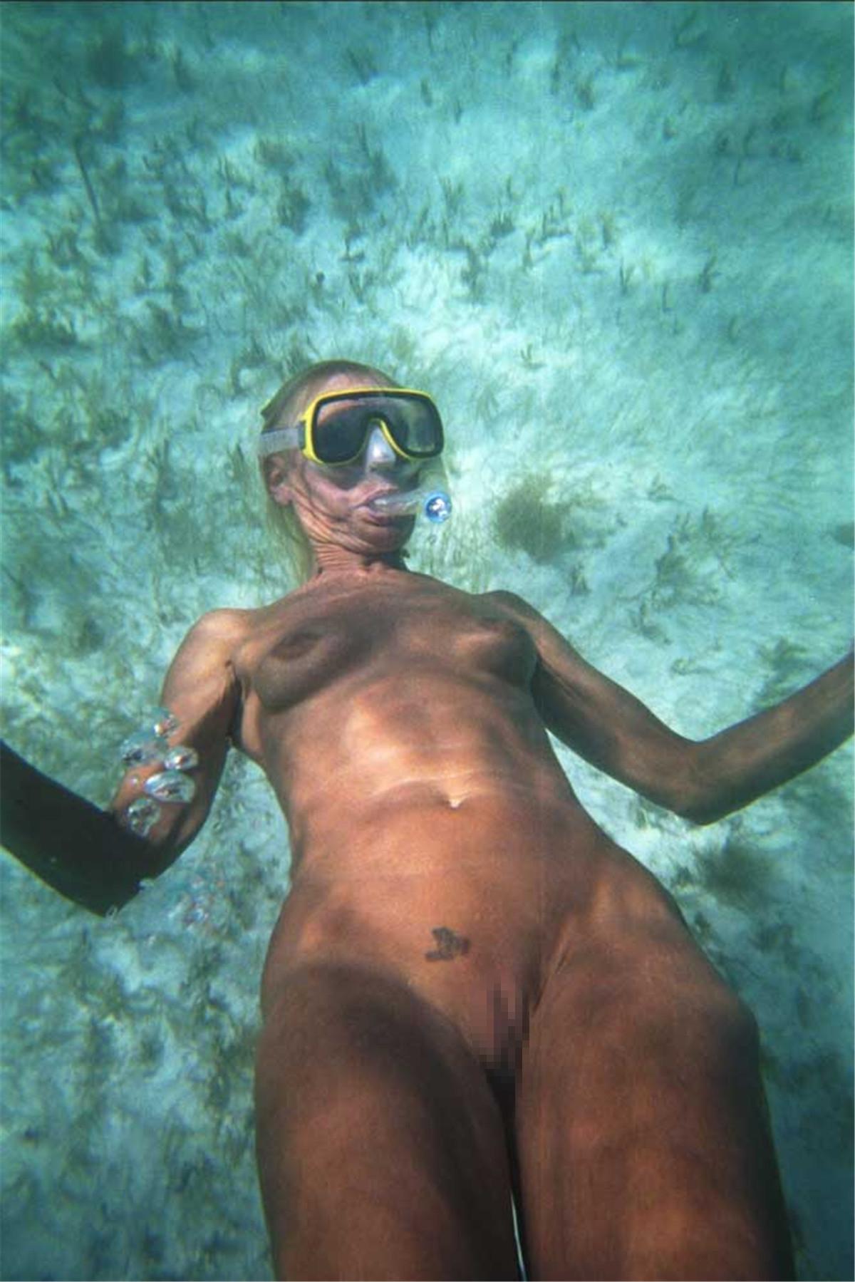 【エロ画像】プライベートビーチで全裸で遊ぶまんさん、どいつもこいつもウッキウキでワロタwwwwwwwww・16枚目