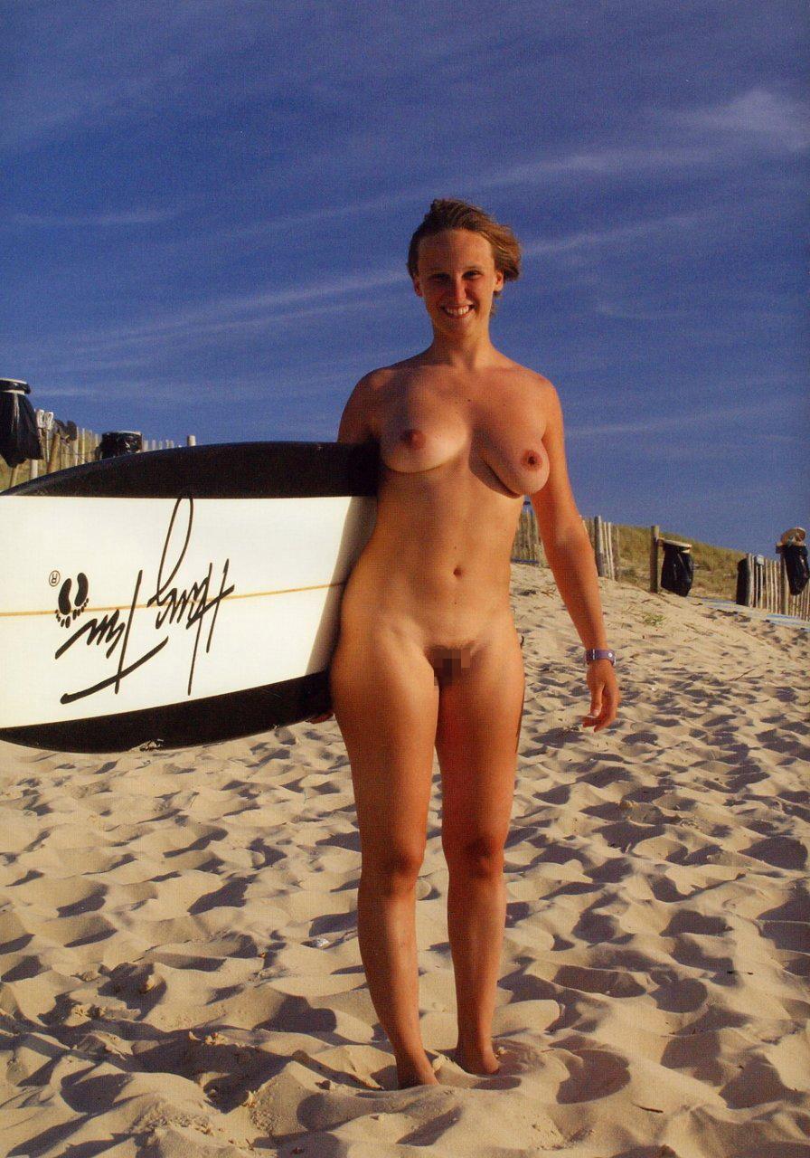 【エロ画像】プライベートビーチで全裸で遊ぶまんさん、どいつもこいつもウッキウキでワロタwwwwwwwww・18枚目