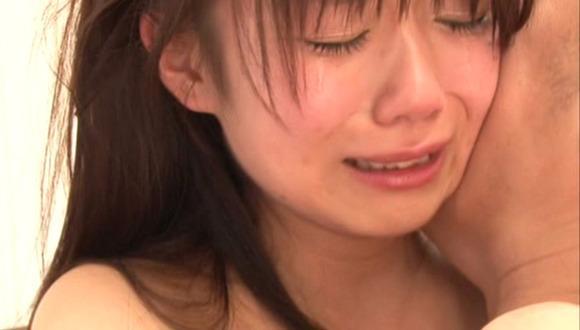 【号泣注意】セクシー女優さんが現場でリアルな涙を流してる自業自得だけど闇の深い画像を貼ってく。(画像24枚)・19枚目