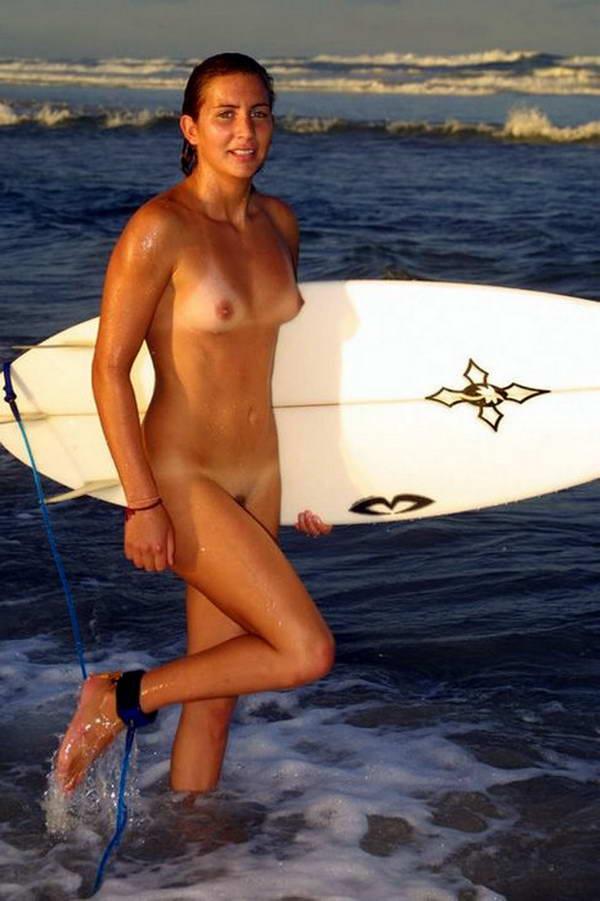【エロ画像】プライベートビーチで全裸で遊ぶまんさん、どいつもこいつもウッキウキでワロタwwwwwwwww・20枚目
