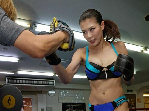 【悲報】モデル・タレント・ボクサーとして活躍する高野人母美さん、試合中にチクビポロリしてKO。(画像あり)・21枚目
