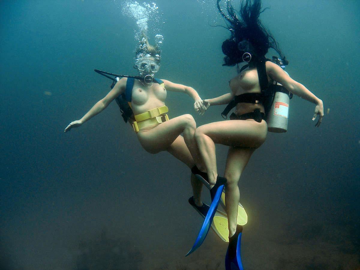 【エロ画像】プライベートビーチで全裸で遊ぶまんさん、どいつもこいつもウッキウキでワロタwwwwwwwww・22枚目