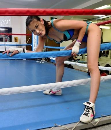 【悲報】モデル・タレント・ボクサーとして活躍する高野人母美さん、試合中にチクビポロリしてKO。(画像あり)・22枚目