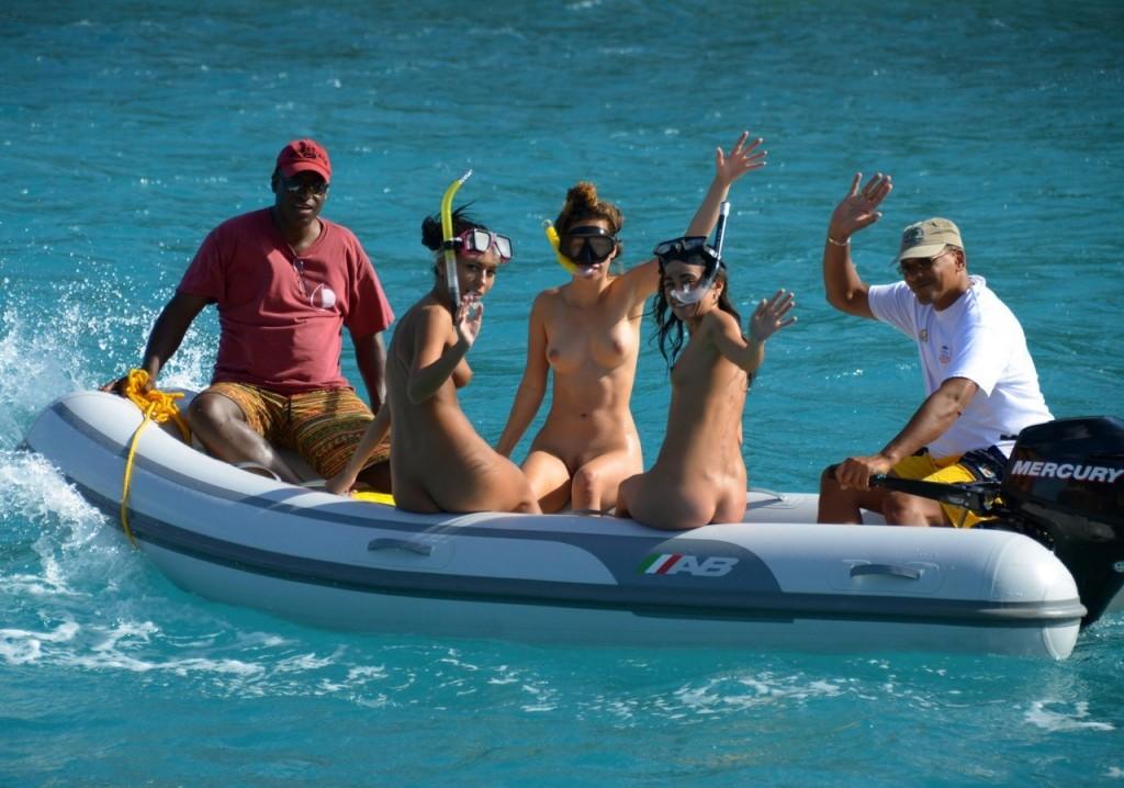 【エロ画像】プライベートビーチで全裸で遊ぶまんさん、どいつもこいつもウッキウキでワロタwwwwwwwww・24枚目