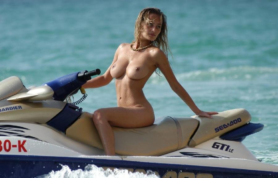 【エロ画像】プライベートビーチで全裸で遊ぶまんさん、どいつもこいつもウッキウキでワロタwwwwwwwww・26枚目