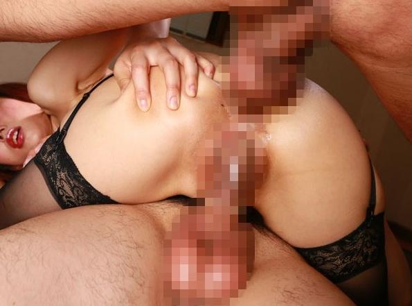 【エロ画像】マンコとアナルに二穴同時挿入された女性を股アングルから見てみた結果wwwwwwwwwwwwwwwww・4枚目