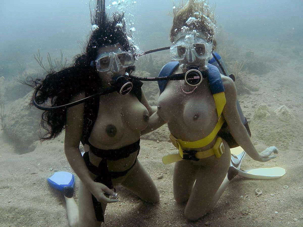 【エロ画像】プライベートビーチで全裸で遊ぶまんさん、どいつもこいつもウッキウキでワロタwwwwwwwww・8枚目