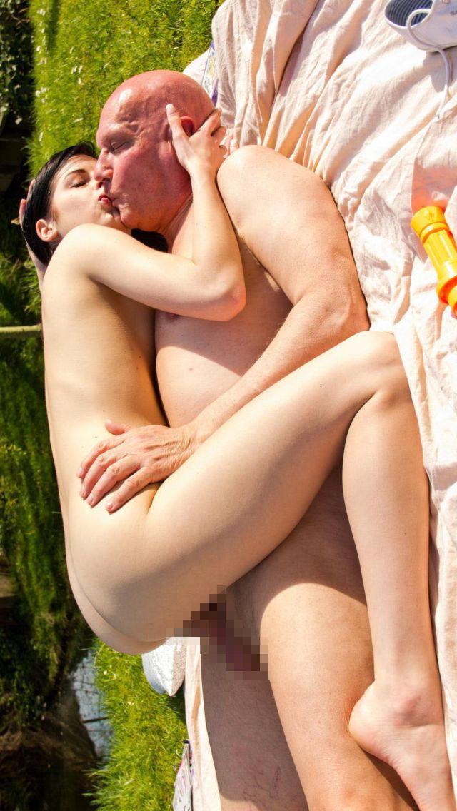 【規制接触】海外の炉利紺オヤジ、30以上も離れた小娘とのニャンニャン画像をうpするwwwwwwwwwwwww(画像あり)・1枚目