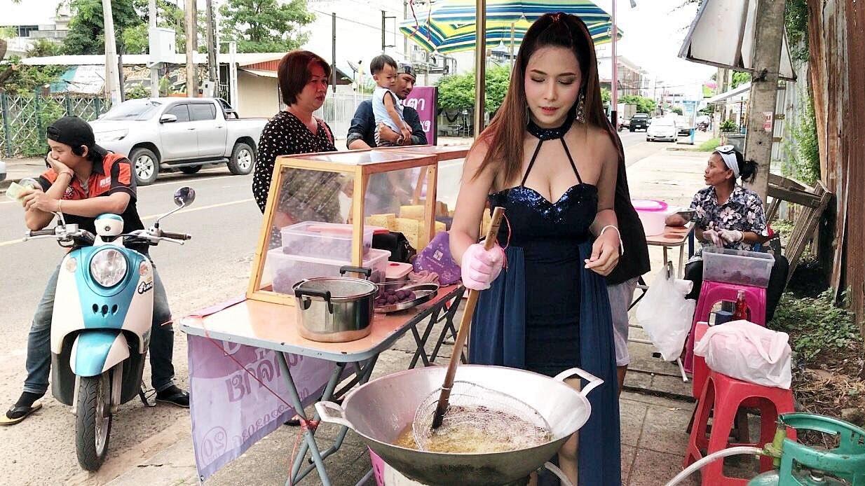 【※売上アップ】アジアの屋台の売り子がエロすぎると話題に。このアダルト商法は卑怯やろwwwwwwwwwwwww(画像)・1枚目