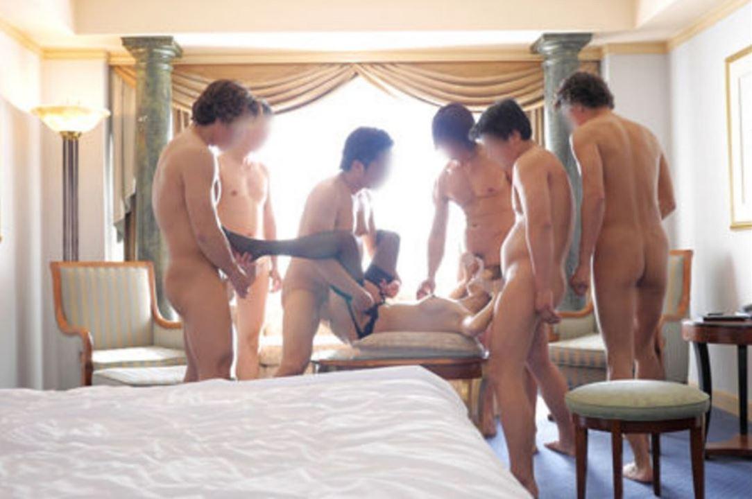 【エロ画像】1人のビッチ女に順番待ちをしてる男たちの光景www女のメンタル凄すぎやろwwwwwwwwwwwww・11枚目