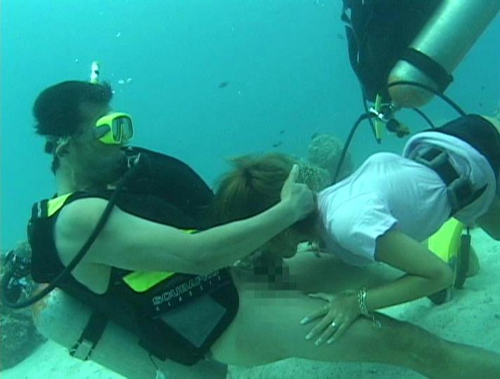 【エロ画像】一切の呼吸を許さない水中フェラとかいうただただ苦しいプレイwwwwwwwwwwwwwwwwww・11枚目