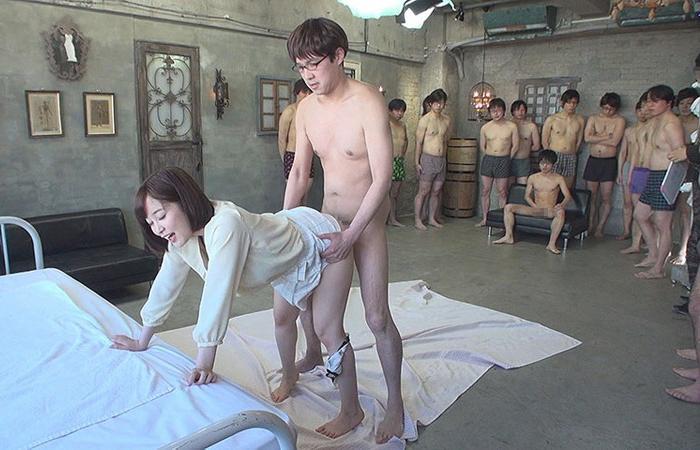 【エロ画像】1人のビッチ女に順番待ちをしてる男たちの光景www女のメンタル凄すぎやろwwwwwwwwwwwww・14枚目
