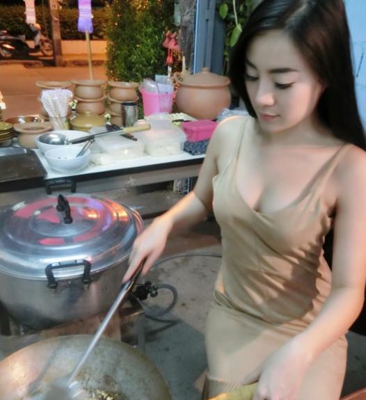【※売上アップ】アジアの屋台の売り子がエロすぎると話題に。このアダルト商法は卑怯やろwwwwwwwwwwwww(画像)・20枚目
