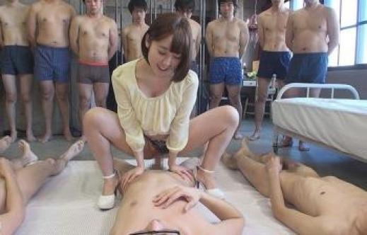 【エロ画像】1人のビッチ女に順番待ちをしてる男たちの光景www女のメンタル凄すぎやろwwwwwwwwwwwww・5枚目